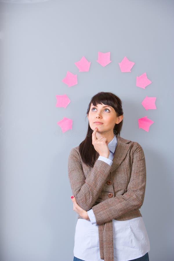 Post-it de la mujer de negocios imagen de archivo