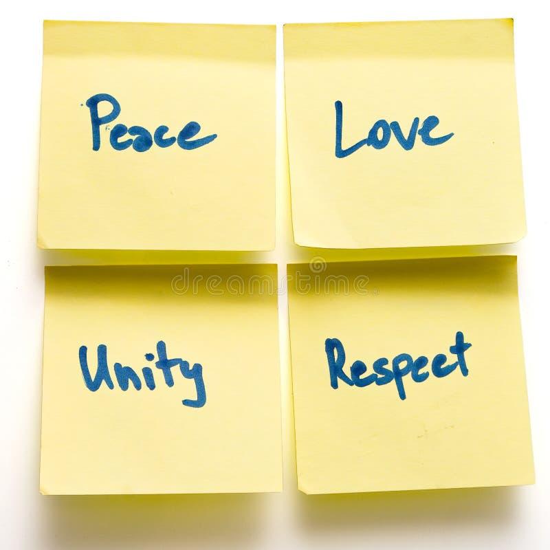 Post-it di colore giallo di rispetto di unità di amore di pace a bordo immagine stock libera da diritti