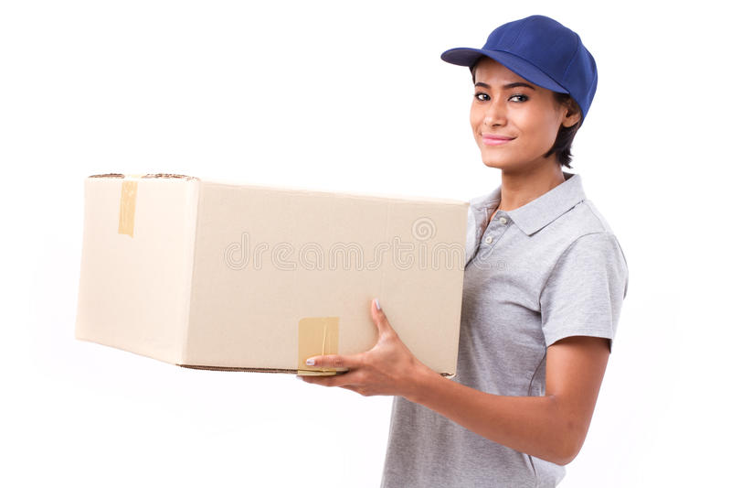 Post, doręczeniowy usługowy personel z pakuneczkiem lub karton, szczęśliwy, żeński, obrazy stock