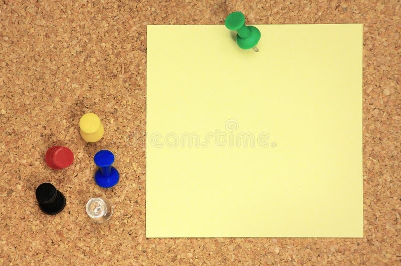 Post-it e puntine da disegno variopinte immagini stock