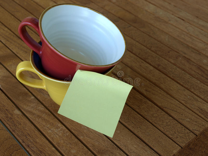 Post-it et tasse photographie stock