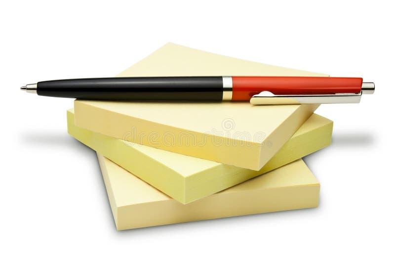 Post-Itanmerkungen und Kugelschreiber lizenzfreie stockbilder