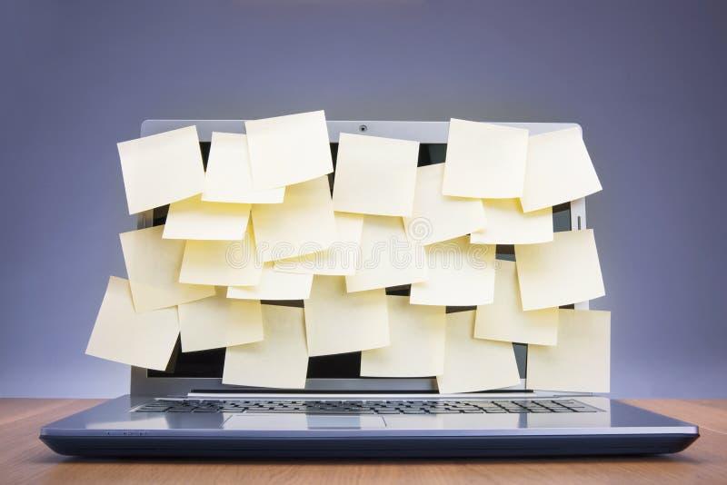 Post-its fixés à l'ordinateur portable photo stock