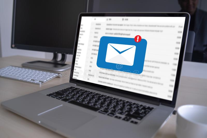 Post-Kommunikations-Verbindungsmitteilung zum Verschicken tritt Telefon mit globalem Buchstabe-Konzept in Verbindung stockbilder