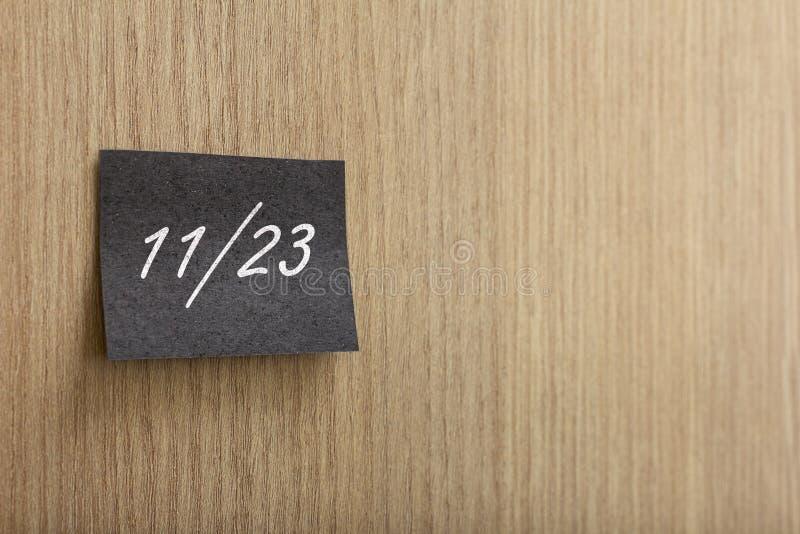 Post-it noir avec le message de vente de la vente de Black Friday sur le mur photos stock