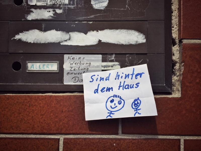 Post-it-Notiz an der Wand lizenzfreie stockfotografie