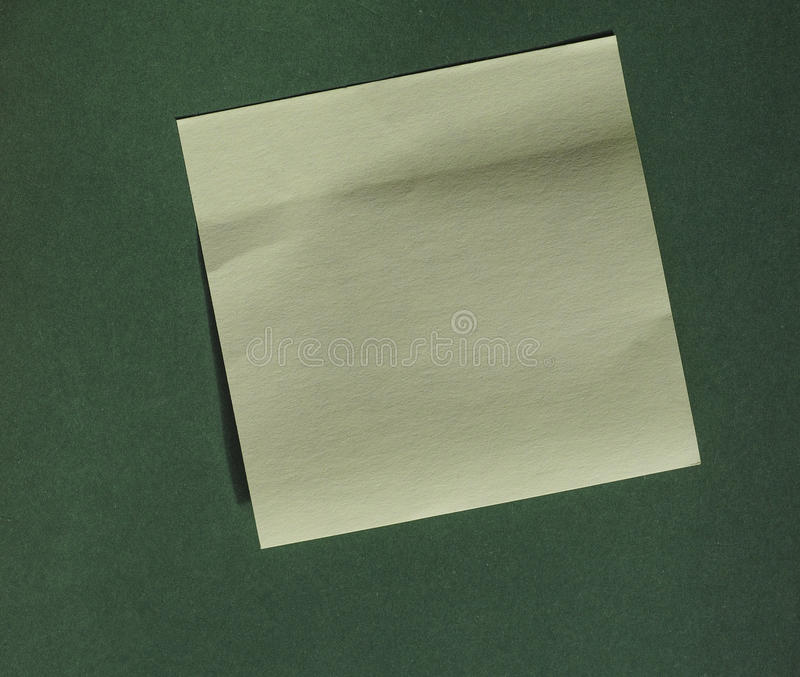 Post-it sobre o verde com espaço da cópia fotos de stock royalty free