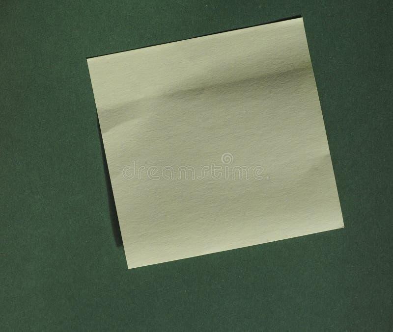 Post-it sobre verde con el espacio de la copia fotos de archivo libres de regalías