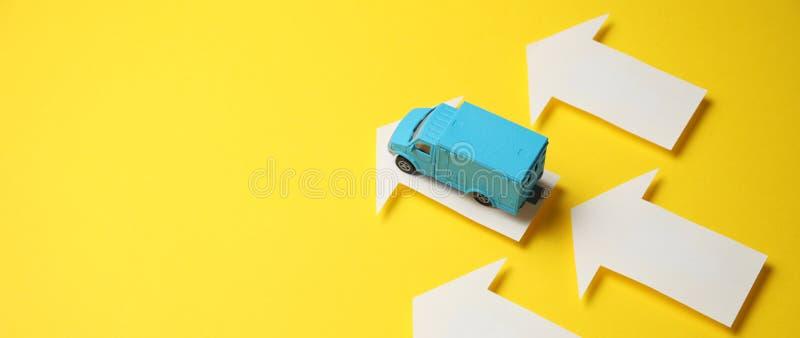 Post vervoer en het verschepen Het concept van de koeriersdienst levering door vrachtwagen royalty-vrije stock foto's