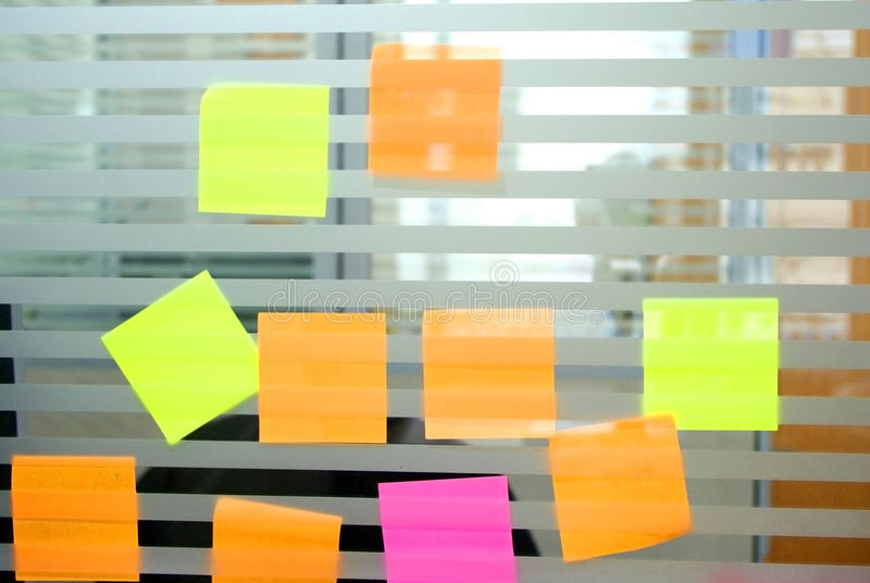 Post-it vide coloré image libre de droits