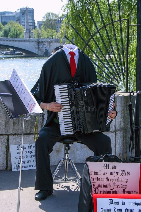 Postać akordeonista bez głowy bawić się na moście zdjęcia stock
