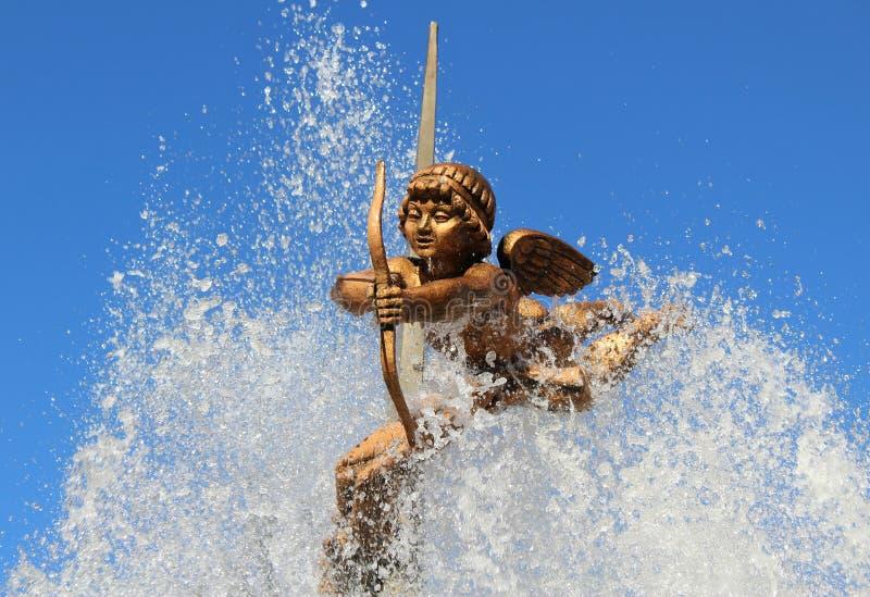 Postać amorek z łękiem i strzała na którym płynie od fontanny woda zdjęcia royalty free