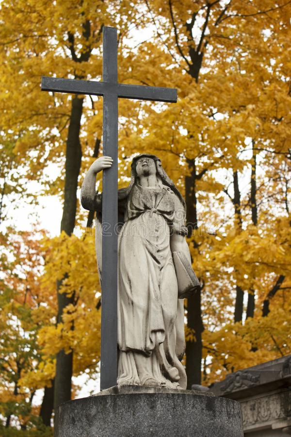 Postać anioł z krzyżem i książką obraz royalty free