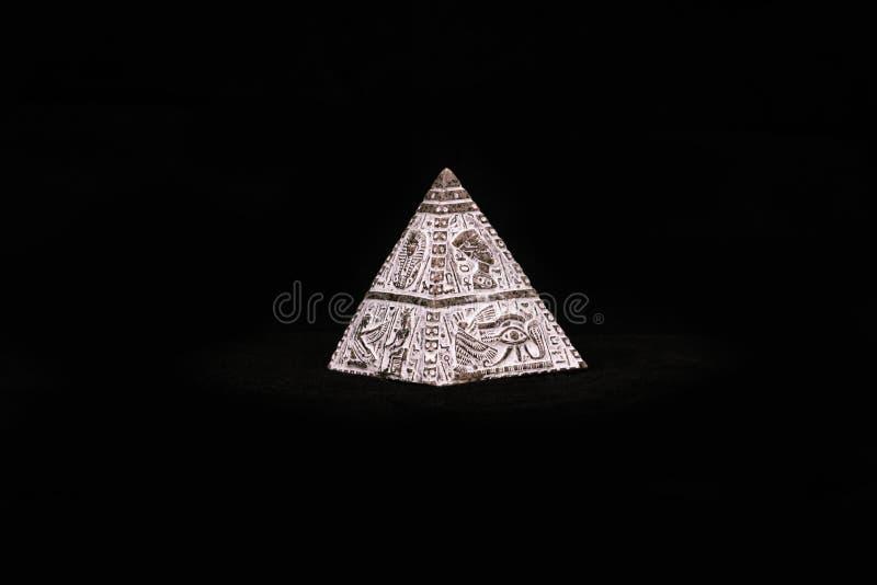 Postać egipcjanina ostrosłup zdjęcie royalty free