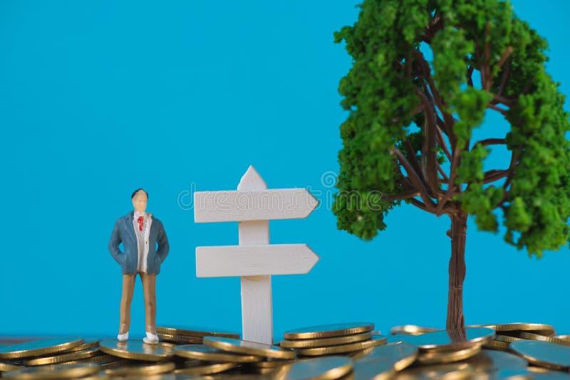 Postać miniaturowy biznesmen lub mali ludzie inwestora stoi o obraz royalty free