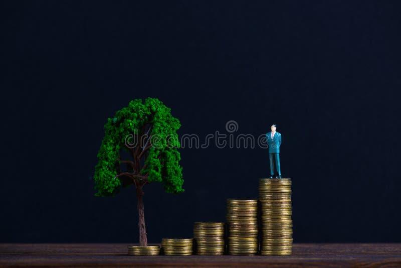 Postać miniaturowy biznesmen lub mali ludzie inwestora stoi o fotografia royalty free