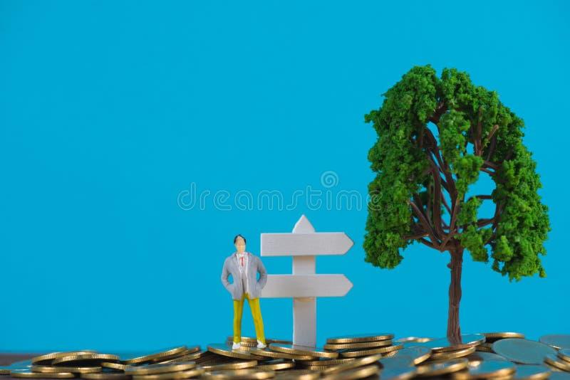 Postać miniaturowy biznesmen lub mali ludzie inwestora stoi o obrazy stock