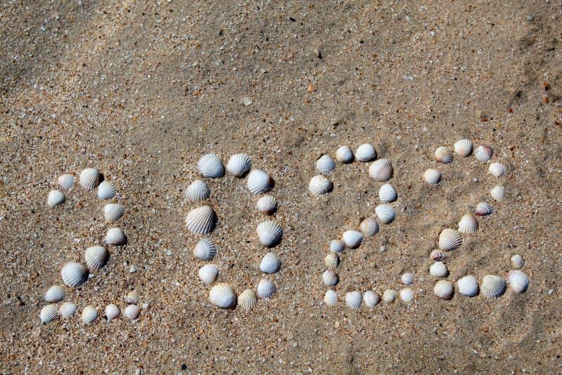 Postać na piasku z skorupami «2022 «rozkłada zdjęcie stock