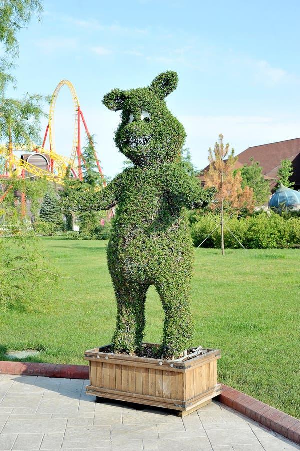 Postać niedźwiedź z krzaków w popularnym Rosyjskim parku tematycznym zdjęcia stock