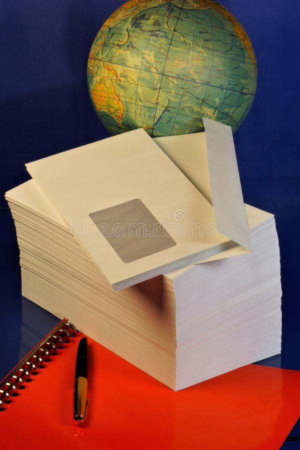 Posta della carta per buste, cartella rossa, lettera e penna Busta una guaina rettangolare piana di carta o di simile materiale,  fotografie stock