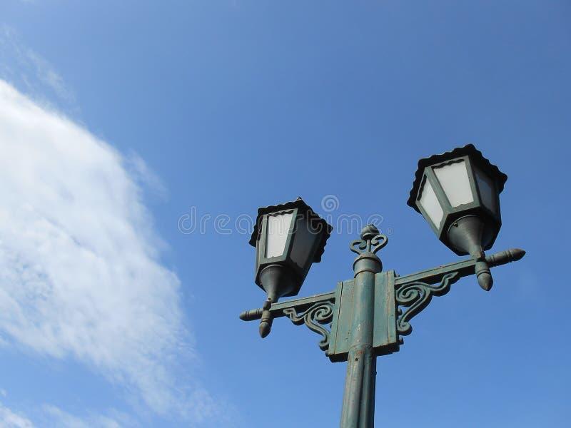 Posta della lampada in cielo blu fotografia stock