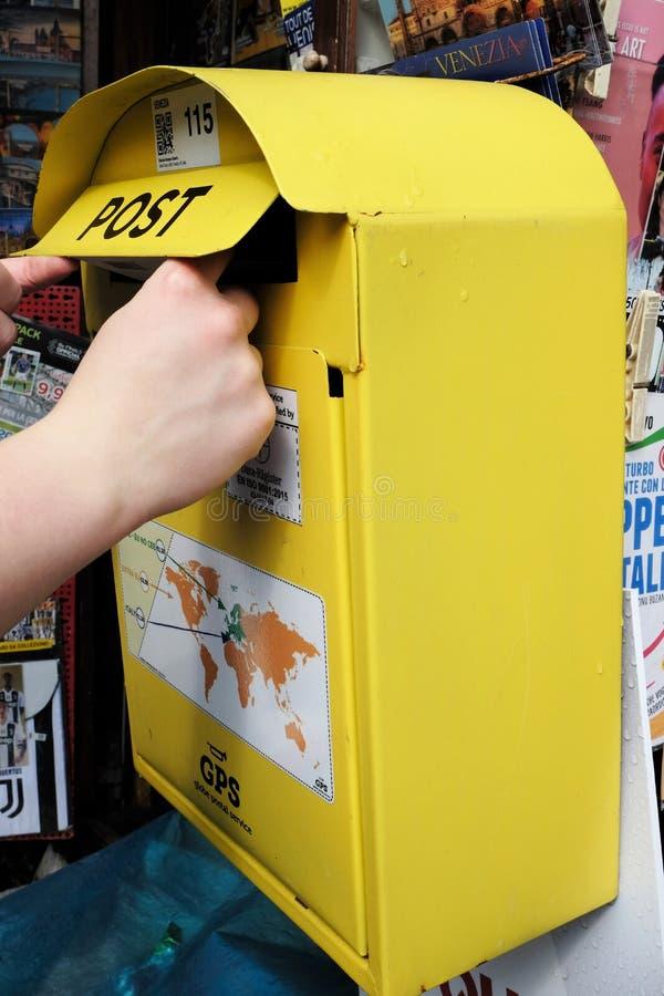 Posta en bokstav i en gul bokstavsask fotografering för bildbyråer