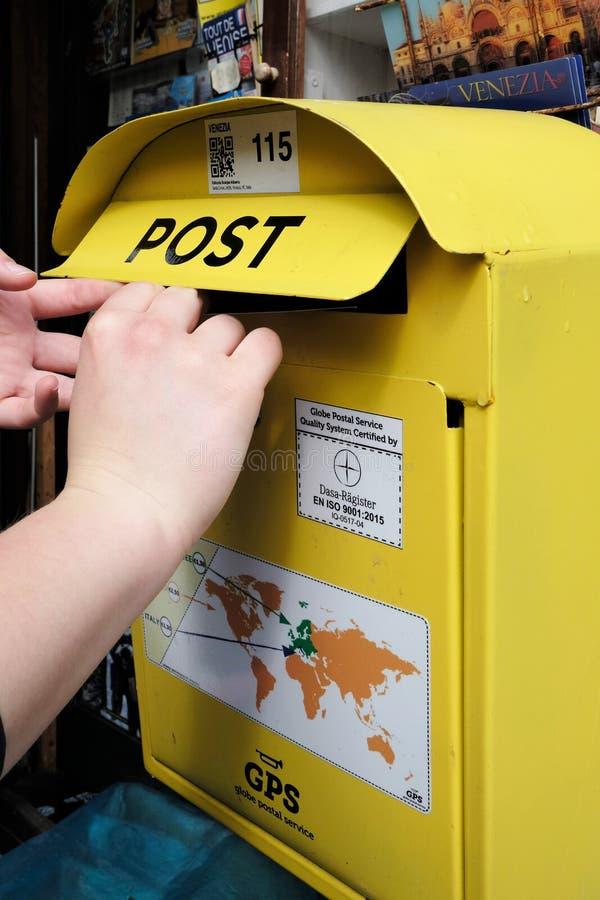 Posta en letterin en gul bokstavsask royaltyfri foto