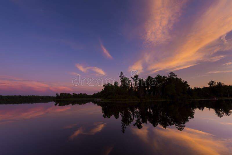 Posta solnedgången på spindel sjön i nordliga Wisconsin royaltyfria foton
