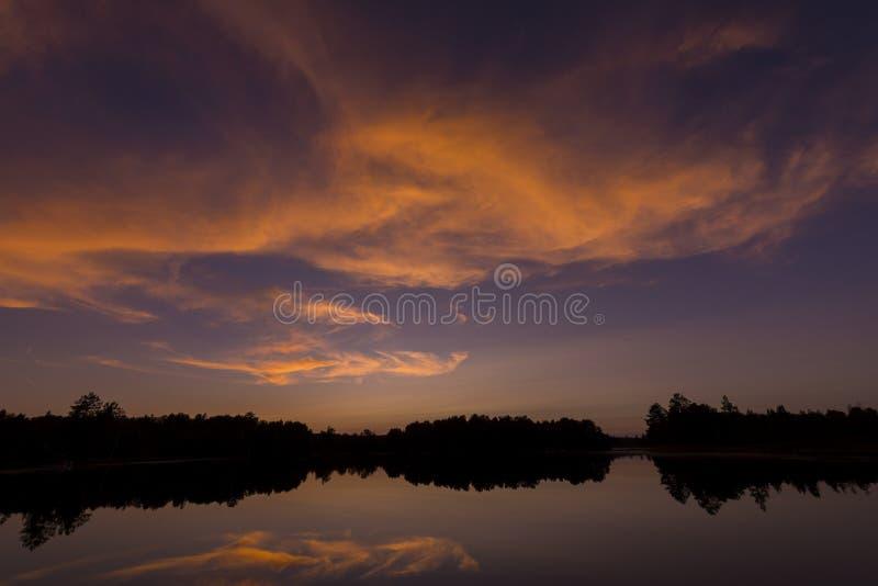 Posta solnedgången på spindel sjön i nordliga Wisconsin royaltyfri foto