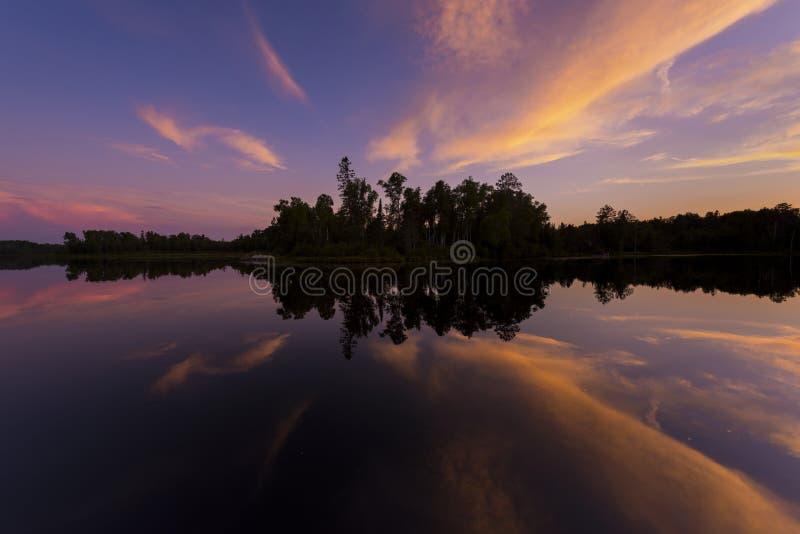 Posta solnedgången på spindel sjön i nordliga Wisconsin fotografering för bildbyråer
