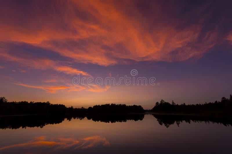 Posta solnedgången på spindel sjön i nordliga Wisconsin royaltyfri bild