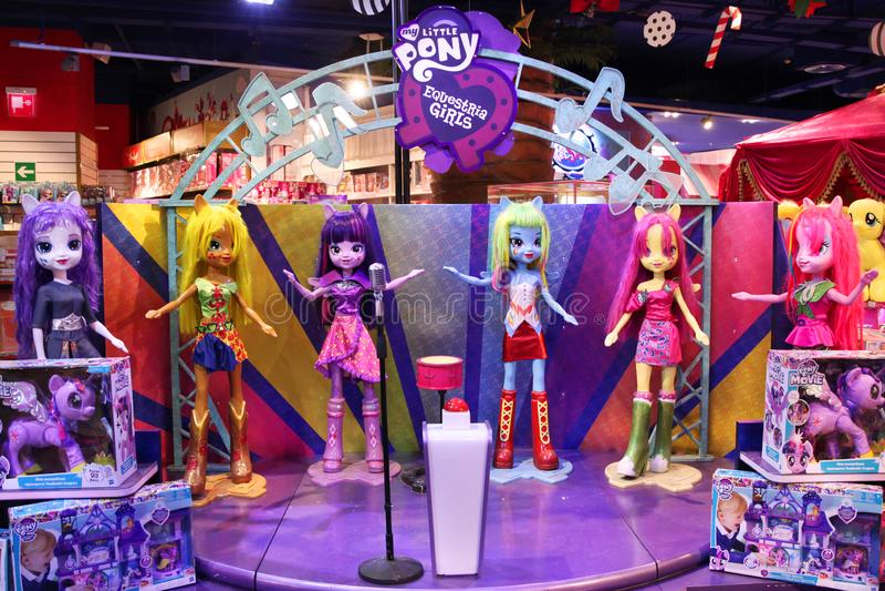 Postacie bobaterek i miękkich części zabawek postacie z kreskówki Mój Mały konik: Equestria dziewczyny w sklepów dzieciach obraz royalty free