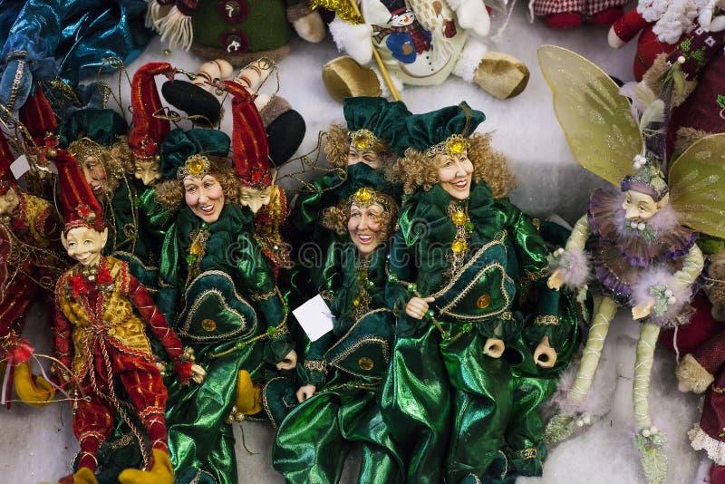 Postacie elfy sprzedający przy Bożenarodzeniowym jarmarkiem, zabawki robią zakupy zdjęcia royalty free
