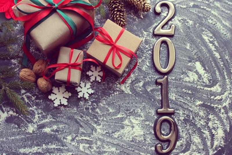 Postacie 2019 Nowy Rok świnia Świąteczny Bożenarodzeniowy skład z prezentami, pudełka, rożki, orzechy włoscy, czerwień kwitnie po zdjęcia royalty free