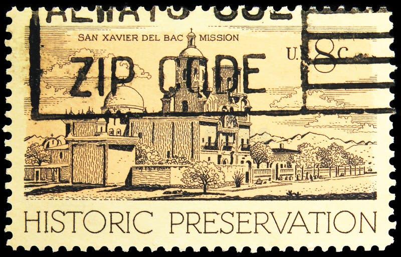 Postagstämpel som tryckts i Förenta staterna visar San Xavier del Bac Mission, Tucson, AZ, Historic Preservation Issue Serie, cir royaltyfri fotografi
