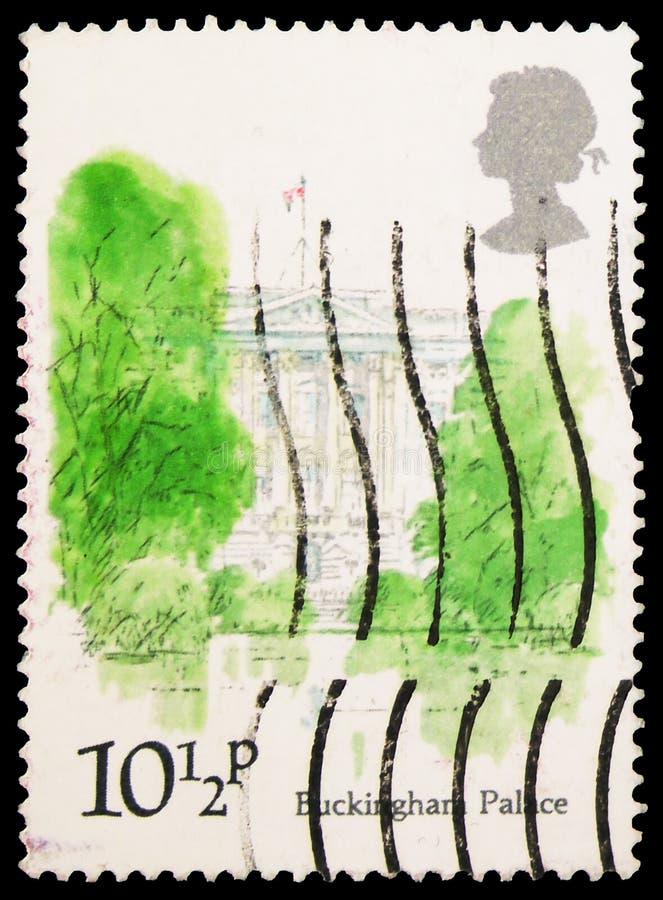 Postagstämpel tryckt i Förenade kungariket visar Buckingham Palace, London Landmarks serie, circa 1980 arkivfoton