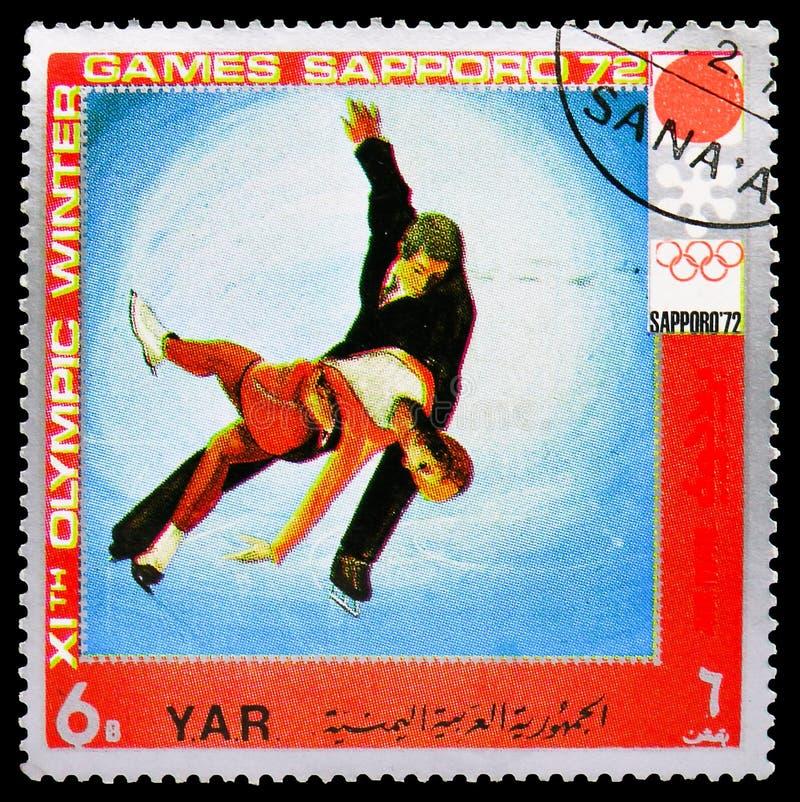 Postagstämpel tryckt i Jemen visar Pair Figur-Skating, Winter Olympics 1972, Sapporo serie, circa 1971 royaltyfria bilder