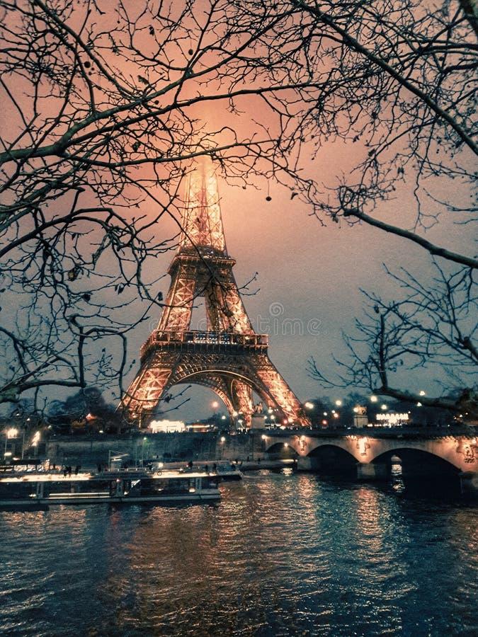 Postal con clase del invierno de la torre Eiffel imagen de archivo libre de regalías