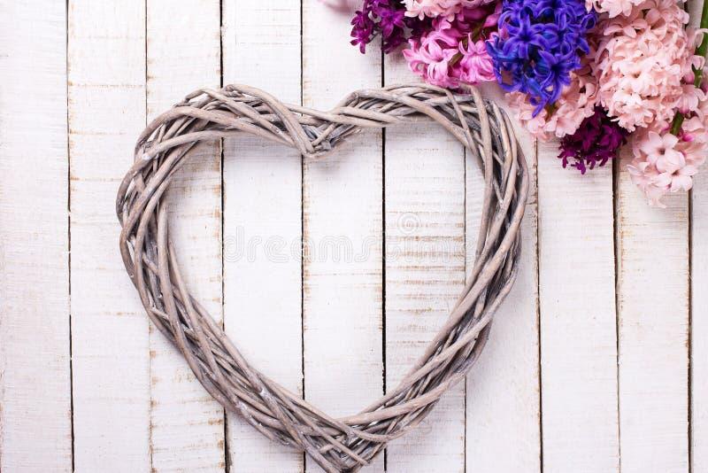 Postal con el corazón decorativo grande y los jacintos frescos foto de archivo libre de regalías