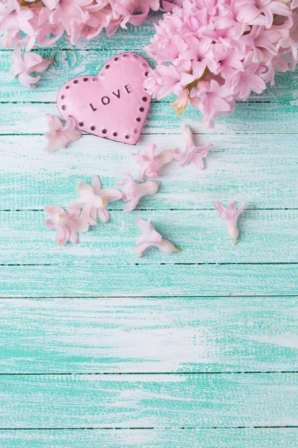 Postal con hyacynths de las flores frescas y corazón decorativo foto de archivo
