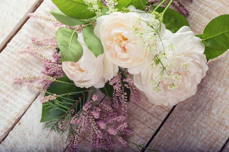 Postal con las flores elegantes fotos de archivo