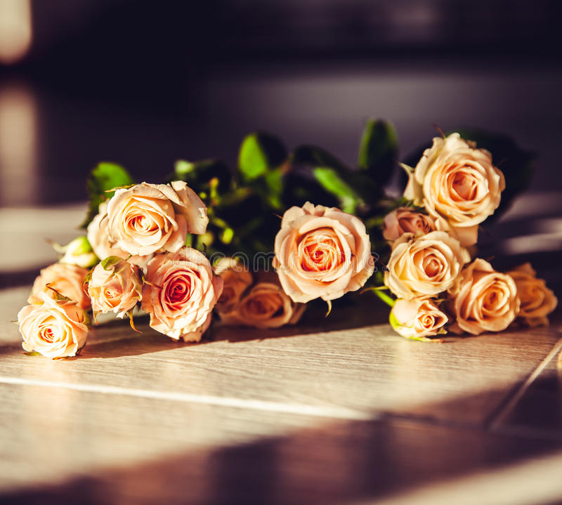 Postal con las flores frescas en fondo de madera imágenes de archivo libres de regalías