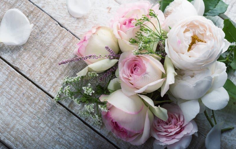 Postal con las rosas frescas fotografía de archivo