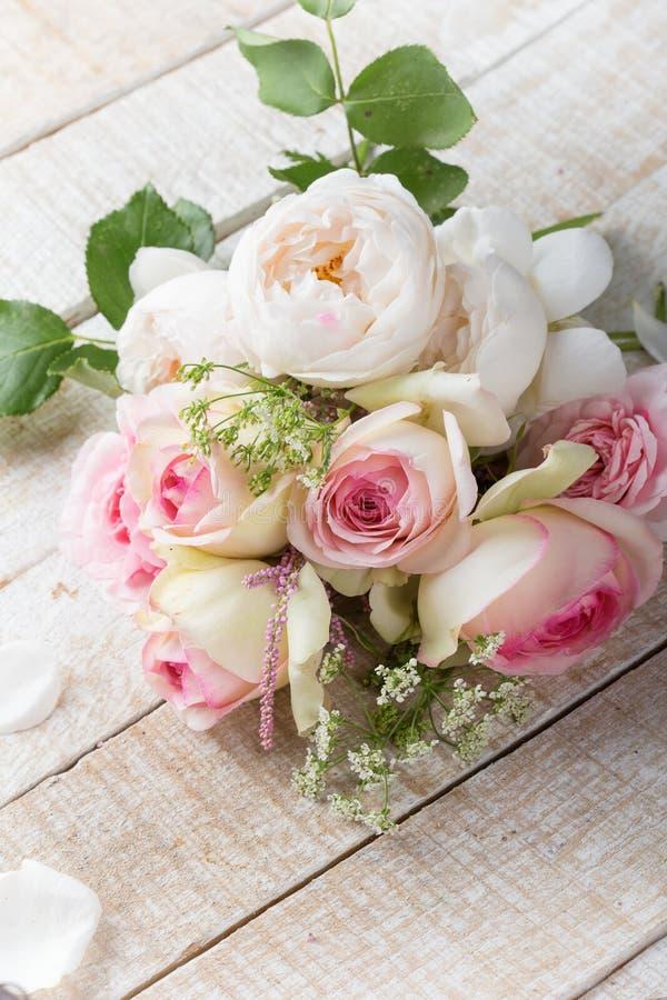 Postal con las rosas frescas imágenes de archivo libres de regalías