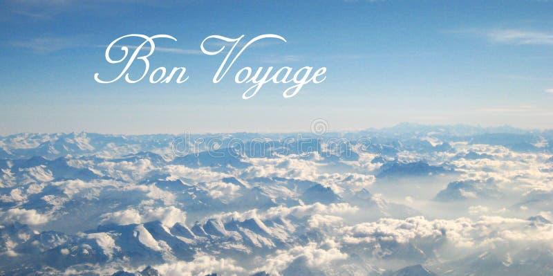 Postal con una opinión hermosa del panorama de un vuelo sobre las nubes y las montañas nevosas en un día soleado imagen de archivo libre de regalías