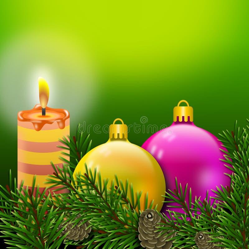 Postal con una vela encendida, bolas coloreadas brillantes de la Navidad envueltas en ramas del pino con los pinecones fotografía de archivo