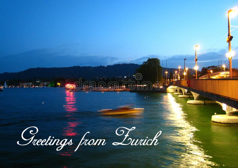 Postal con una vista nocturna hermosa en tiempo del verano con una lancha de carreras en el lago Zurich fotografía de archivo