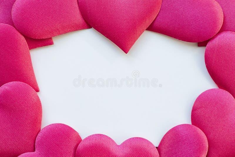 Postal en un fondo de madera, adornado con los corazones Tarjeta decorativa para el día de fiesta Día de Vanentine Día de tarjeta foto de archivo libre de regalías
