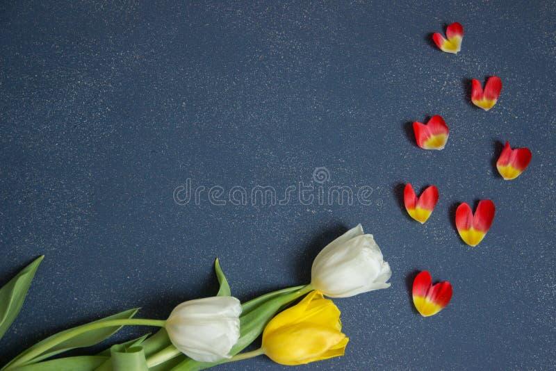 Postal, plantilla, saludos del día de fiesta con las flores hermosas foto de archivo