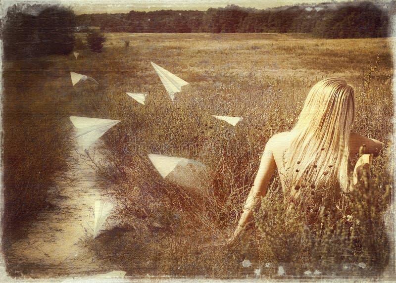 Postal retra con la mujer joven de la belleza en un campo con el papel p imagen de archivo libre de regalías